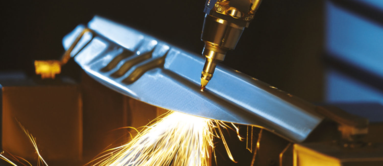 Schweißvorgang-Metallteil Hujer-Lasertechnik Ihr Laserdienstleister Industrielle Laserbearbeitung 3D-Lasertechnik 2D-Lasertechnik Laserschweißen Rollenrichten CNC-Abkanten Buckelschweißen Laserschneiden 2D-Laserschneiden 3D-Laserschneiden